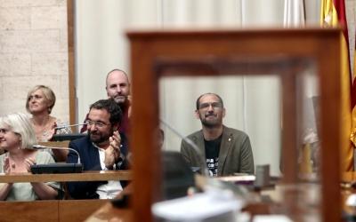 Maties Serracant darrera de l'urna on s'ha votat la seva investidura