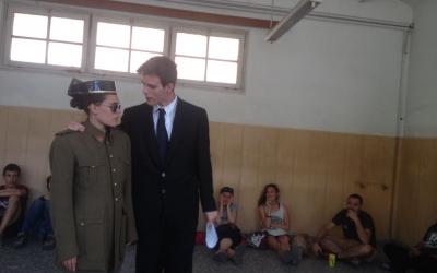 Un moment de la visita teatrelitzada entre Juli Batllevell (arquitecte de la Caserna) i un agent de la Guàrdia Civil. Foto: Ràdio Sabadell