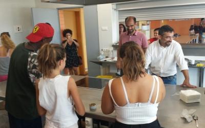 Taller de cuina al Casal de l'IES Jonqueres visitat per Serracant i Fernández | Pau Duran