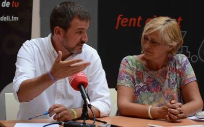 El cap d'antena, Sergi Garcés, i la regidora Marisol Martínez en roda de premsa | Roger Benet