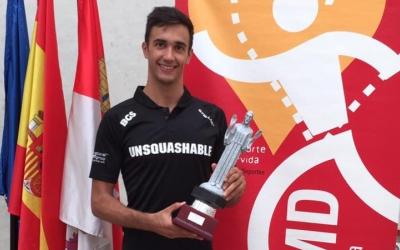 Iker Pajares amb el títol celebrat a Palència