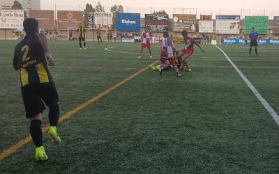 Capó i Montero lluiten contra un rival en el partit d'ahir a Nou Barris