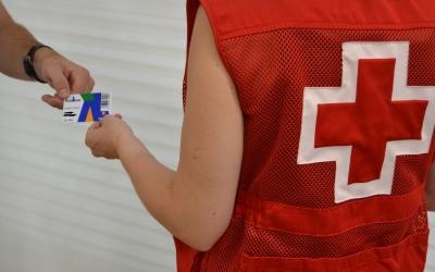 La targeta prepagament que s'està entregant a les famílies |Creu Roja Sabadell