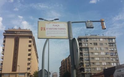 Els veïns de Covadonga han canviat el nom de la plaça Antoni Llonch per plaça Antoni Farrès | Pau Duran