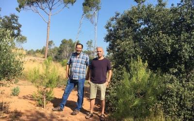 L'alcalde accidental, Joan Berlanga, i el gestor de l'Espai Natura, Hilari Teixidó, al bosc de Can Deu | Mireia Sans