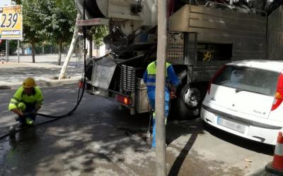 Els operaris fan tasques de manteniment al clavegueram de Sabadell