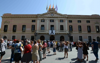 Concentració davant l'Ajuntament de Sabadell de condemna dels atemptats, divendres passat al migdia. | Roger Benet