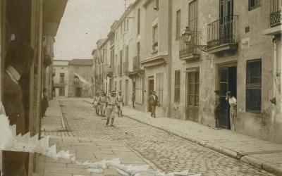 Membres de la Creu Roja de Sabadell pels carrers del centre de la ciutat, l'agost de 1917. Fons: Creu Roja Sabadell