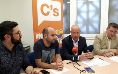 Joan Garcia i els regidors  de Ciutadans a l'Ajuntament/ Karen Madrid