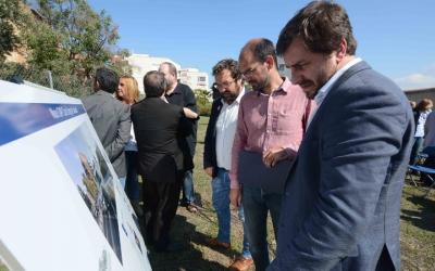 El conseller Toni Comín amb l'alcalde Maties Serracant i el projecte del CAP de Can Llong | Roger Benet