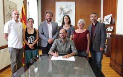 Serracant ha signat el decret, acompanyat dels regidors de la Crida i Esquerra Republicana/ Cedida