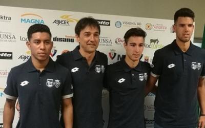 Àlex Llamas (segon per la dreta) el dia de la seva presentació amb Osasuna Magna