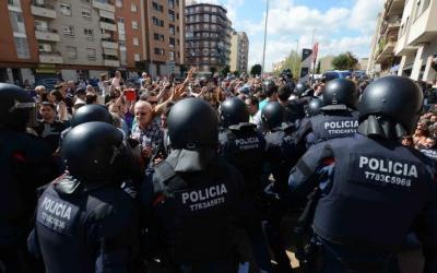 La policia, durant la detenció de Joan Ignasi Sánchez/ Roger Benet