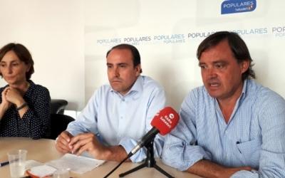 Daniel Serrano (al centre), al costat del regidor Esteban Gesa, del PP.