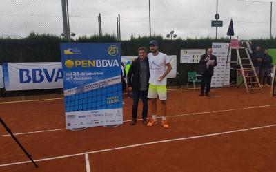 Lluís Duran entrega el trofeu de campió a Sergio Gutiérrez