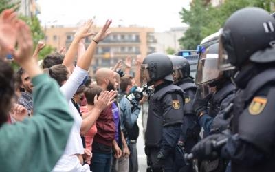 Les persones concentrades davant de l'escola Nostra Llar van patir moments de tensió amb la policia/ Roger Benet