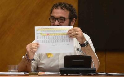 Juli Fernádez, amb la taula de bonificacions de la taxa de residus/ Roger Benet