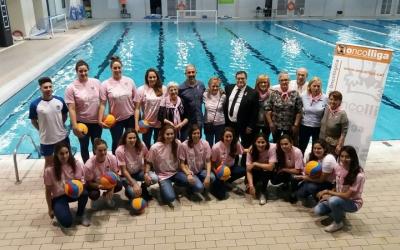 L'equip femení de waterpolo del Club Natació Sabadell amb Oncolliga.
