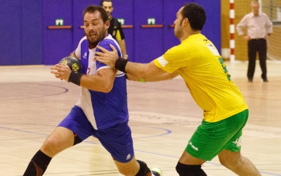 Isra Damont defensat per un rival