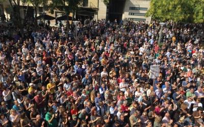 La gent aplegada a plaça Sant Roc | Mireia Sans