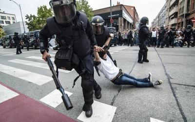 Agents dels antiavalots fent fora als votants de l'escola Nostra Llar | Iván Mardones