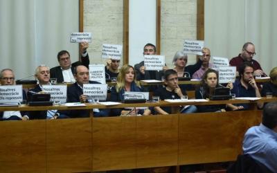 Els regidors han lluït cartells durant el debat/ Roger Benet