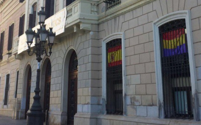 Ciutadans ha penjat una bandera d'Espanya a l'exterior del seu despatx i Guanyem, una de republicana/ Pau Duran