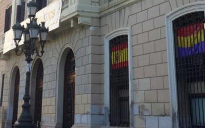 La bandera espanyola al despatx de Ciutadans i la republicana, al de Guanyem.