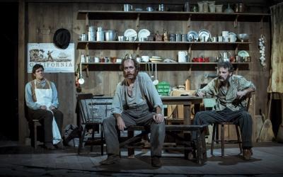 Els actors Iban Benet, Pepo Blasco i Santi Ricart en un moment de l'obra. Foto: David Ruano | TNC