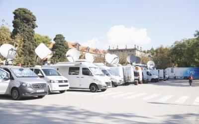 Les unitats mòbils de part dels mitjans audiovisuals davant el Parlament | ACN