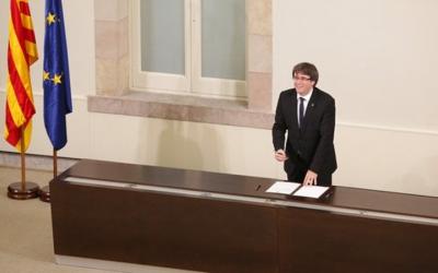 Carles Puigdemont, durant la signatura de la declaració de la independència/ ACN