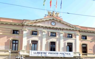 """L'Ajuntament llueix la pancarta d""""alliberament presos polítics"""" des de fa setmanes/ Roger Benet"""
