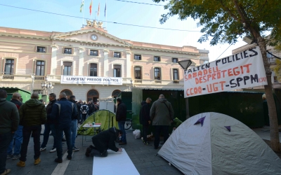Acampada de la Policia Municipal davant l'Ajuntament | Roger Benet