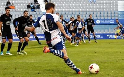Marc Martínez servint una falta lateral diumenge davant l'Ebro | Críspulo Díaz