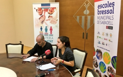 Els regidors Joan Berlanga i Míriam Ferràndiz a la presentació del projecte de coeducació.