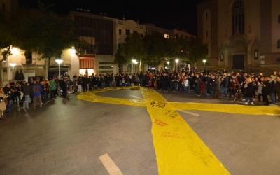 Mig miler de persones es van concentrar a la plaça Sant Roc quan es va saber la mesura de presó provisional per a Carme Forcadell. Foto: Roger Benet