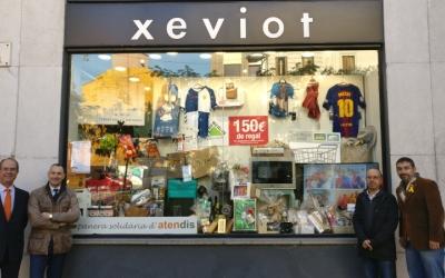 Els responsables d'Atendis, comerciants i el regidor Gabriel Fernández, al costat de la panera/ Atendis
