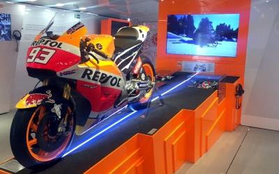 La moto de Marc Márquez és un dels objectes més preuats de l'exposició/ Albert Garcia