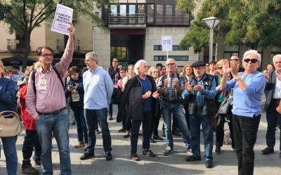 Persones concentrades a la plaça Sant Roc reclamant l'alliberament de Jordi Sánchez i Jordi Cuixart. Foto: Roger Benet