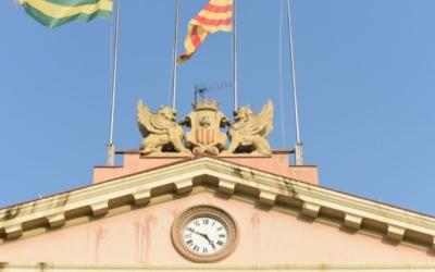L'edifici de l 'Ajuntament sense les banderes espanyola i europea | Roger Benet