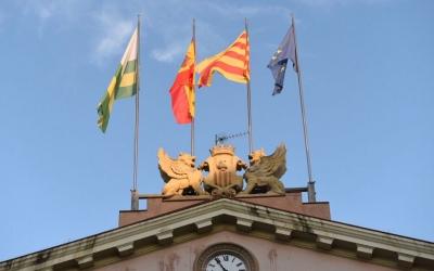 Les quatre banderes a la façana del consistori municipal | Roger Benet