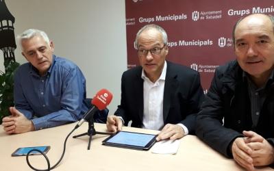 Rossinyol (centre) amb els regidors Toni Font i Albert Bertran/ Karen Madrid