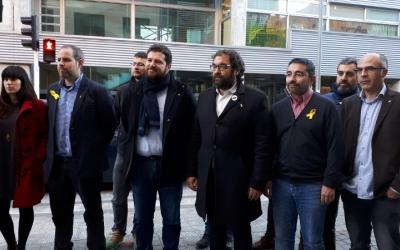 Fernández i Sanglas, amb altres membres d'ERC, davant de l'Escola Nostra Llar/ Serveis Informatius