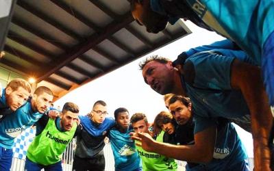 Migue xerrant amb els seus companys en la prèvia d'un partit de la primera volta | Críspulo Díaz