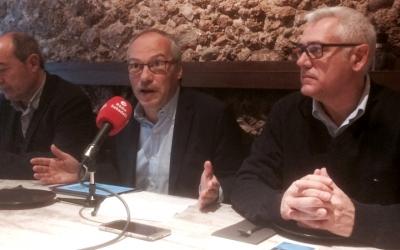 Carles Rossinyol, al centre, ha carregat contra l'experiència dels regidors del govern municipal.
