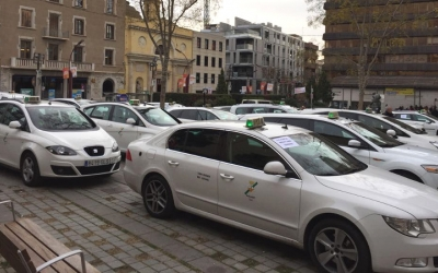 Una cinquantena de taxis han aparcat a la plaça Doctor Robert per fer sentir les seves reivindicacions.