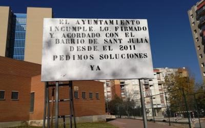 Els veïns han empaperat el barri amb pancartes de protesta/ AV Sant Julià