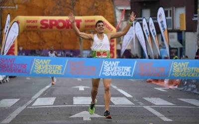 El guanyador en categoria masculina, Xavi Planas, travessant la meta | Roger Benet