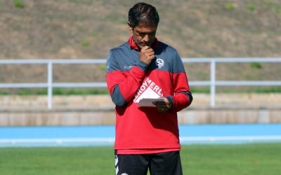 Toni Seligrat pensatiu en un entrenament del Sabadell | Pau Vituri