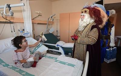 L'ambaixador reial visitant els infants del Taulí. Foto: Roger Benet